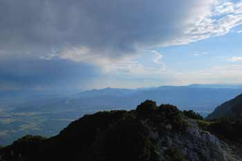 Iz Bašeljskega vrha se odpre razgled na Savsko ravan, Karavanke in tudi Julijske Alpe.