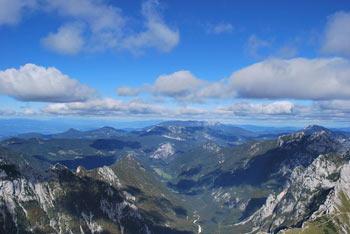 Iz Brane se odpre pogled na večino glavnih vrhov v Kamniško-Savinjskih Alpah.