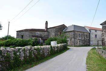 Volčji Grad je kraška vasica, ki je izhodišče za Debelo grižo, prazgodovinsko gradišče blizu Komna.