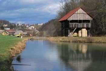 Debenec je nad dolino Mirne med hribi Dolenjskega podolja. Izlet v naravi vodi po vinorodnih pobočjih.