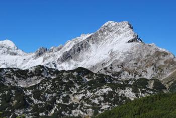 Deska je planotast vrh nad planino Podvežak.
