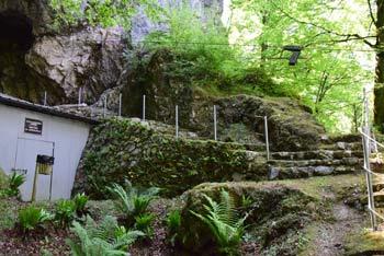Divje babe je jama, ki je bila prebivališče neandertalca. Nahajajo pa se nad Idrijco nasproti Kojce.