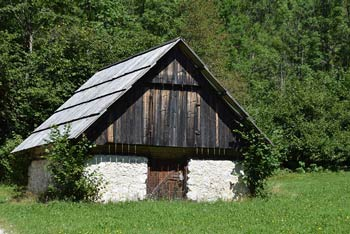 Slap Mostnice je na koncu zatrepa doline Voje.
