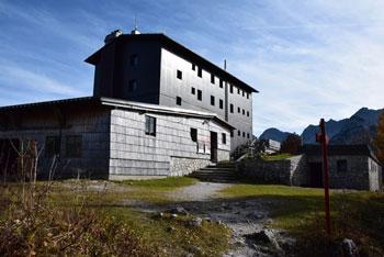 Dom na Komni stoji na robu Komne in je postojanka na poti proti Tolminskemu Kuku, Podrti gori in Vrhom nad Škrbino.
