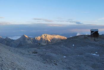 Najlepša pot na Dom Planika je iz doline Krme. Je dolga in poteka pod Draškimi vrhovi.