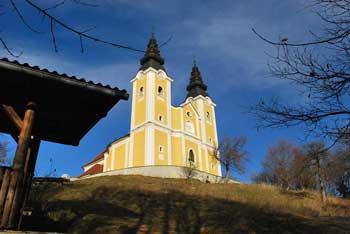 Na gori Oljki se lahko okrepčamo v planinskem domu poleg cerkve.