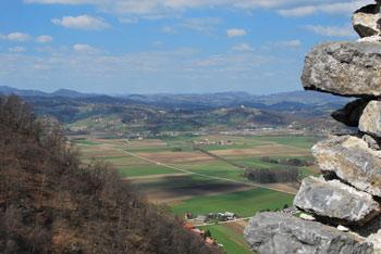 Presenetile nas bodo mogočne razvaline gradu Kunšperk na odmaknjeni in srednjeveško nedostopni legi.