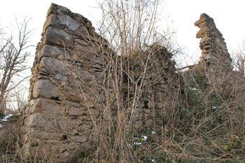 Grad Osterberg se nahaja nad srednjeveškim kamnolomom v dolini Besnice blizu Debnega vrha.