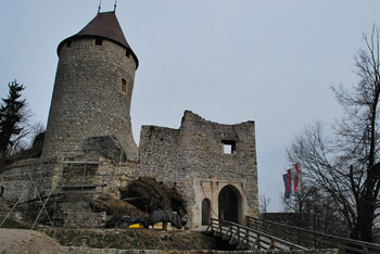 Grad Žovnek se nahaja pod Dobroveljsko planoto in Čreto.