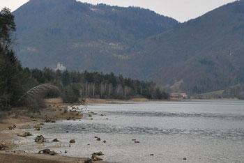 Na robu Dobroveljske planote, Črete in Savinjske ravnine se nahajajo ruševine Žovneškega gradu.