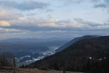Grmada nad Ortnekom na Mali gori ima na drugi strani Dobrepolje in obsežne gozdove Suhe krajine.