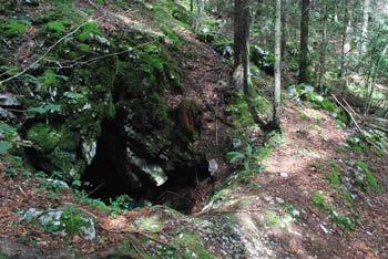 Hrvatova jama je primeren družinski izlet za otroke, ki ga opravimo pod robom hribov Trnovskega gozda.