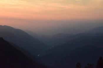 S Hudournika se odpre razgled na Cerkljansko in Škofjeloško hribovje in proti Trnovskemu gozdu.