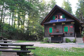Iztokova koča se nahaja sredi Trnovskega gozda pod Malim Golakom.