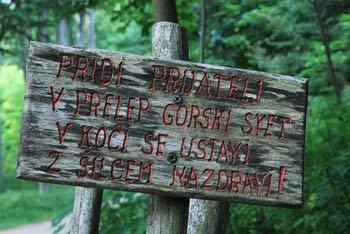 Iztokovo kočo planinci obiščemo predvsem na poti na višji Mali Golak, redkokdo pa si jo izbere kot samostojen cilj.