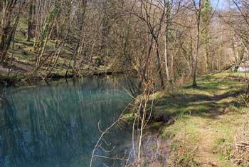 Rečica Krupa izvira pod 30 metrov visoko skalo in se izliva v Gradcu v Lahinjo.