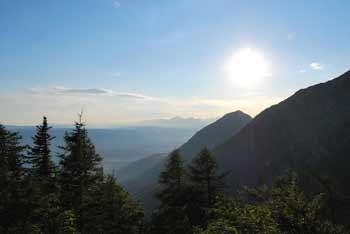 Dom na Kališču se nahaja pod Bašeljskim vrhom, mimo pa vodi pot proti Storžiču.