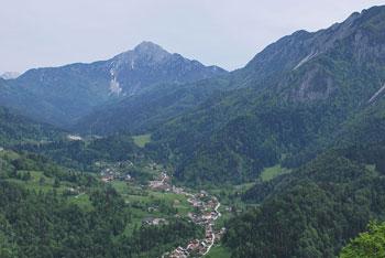 Poleg Kamneka se nahajajo Pirmance in Veliki vrh nad Završnikom.