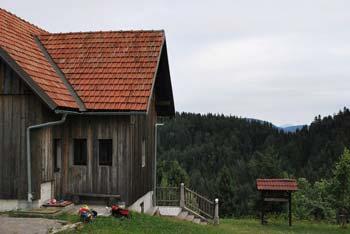 Na Kamnem griču se nahaja planinska koča z žigom. Vrh je razgleden.