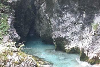 Kamniška Bistrica se nahaja v dolini pod Brano in Planjavo.