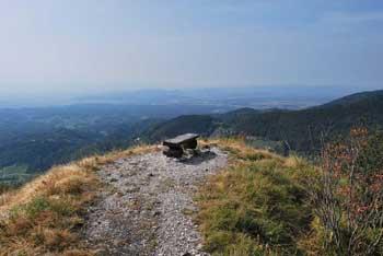Kamniški vrh je strm greben pod Krvavcem in Zvohom.