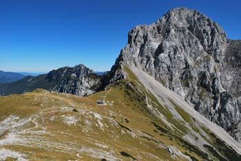 Zahodno od Kamniškega sedla vodi pot na goro Brano in vzhodno na mogočno Planjavo.