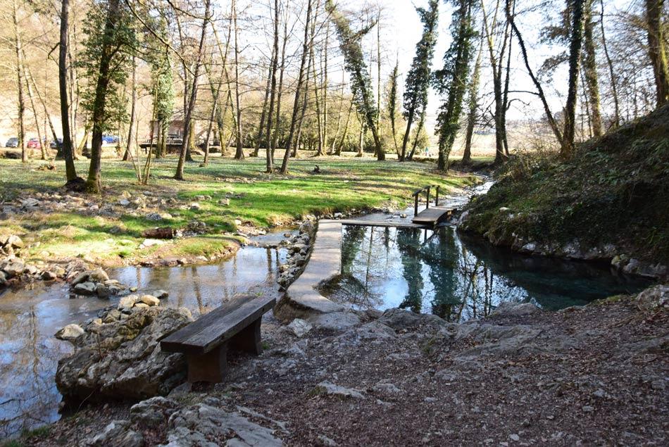 Krožna pot okoli Kleveža in vasi nas vodi mimo kraških izvirov Radulje.