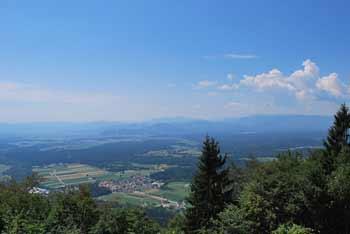 Na planinsko kočo Pri Franciju se odpravimo iz Preddvora, lepo pa se vidijo Julijske Alpe.