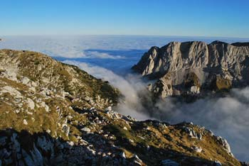 Na Kokrskem sedlu lahko izbiramo nekaj glavnih poti na vrhove Grintovcev.