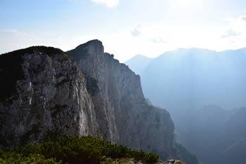 Pogled z gore Konj na severno prepadno steno Rzenika, ki se skoraj navpično spušča v dolino Kamniške Bistrice.