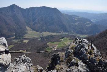 Kopitnik je izvrsten razglednik na spodnji del Savinjske doline, nahaja pa se med Maličem in Šmohorjem in Kumom na drugi strani.
