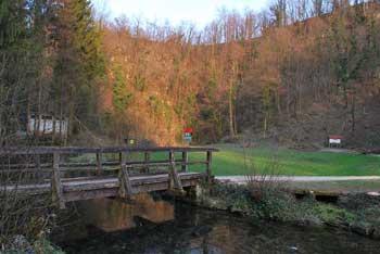 Na obronkih Gorjancev leži Kostanjeviška jama do katere vodi ne predolg družinski izlet v naravi.