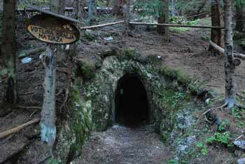 Votlina kralja Matjaža je izlet v naravi pod Malo Peco.