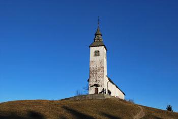 Križna gora nad Škofjo Loko je priljubljen cilj, saj se cerkvica nahaja na razglednem griču z odličnim pogledom na kamniške gore.