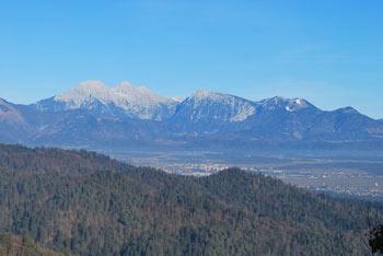 K Križni gori nad Škofjo Loko se odpravimo po krožni poti, ki je višje precej razgledna in primerna tudi kot družinski izlet.