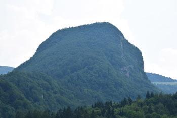 Krvavica se nahaja severno od Čemšeniške planina.