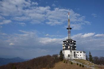 Kum nudi širok razgled preko Posavskega hribovja, kjer se lepo vidi Zasavska Sveta gora, Čemšeniška planina, proti jugu opazimo Trdinov vrh na Gorjancih, proti severu pa ne moremo spregledati Uršlje gore, pa tudi savinske Velike Raduhe.