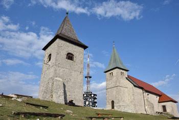 Na Kumu stoji cerkev svete Neže, ki se je iz Kostanjevice na Krki sem zatekla vsakoletnimi poplavami.