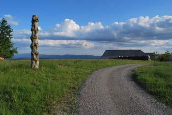 Lavrovec je neizrazit vrh v Rovtarskem hribovju.