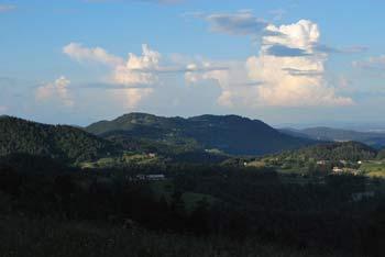 Družinski izlet na Lavrovec nas preseneti z mehkobo pokrajine. Nudi nam razgled na sosednje vrhove Rovtarskega hribovja