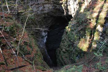 Ledena jama je nahaja na Stojni nedaleč stran od Mestnega vrha.