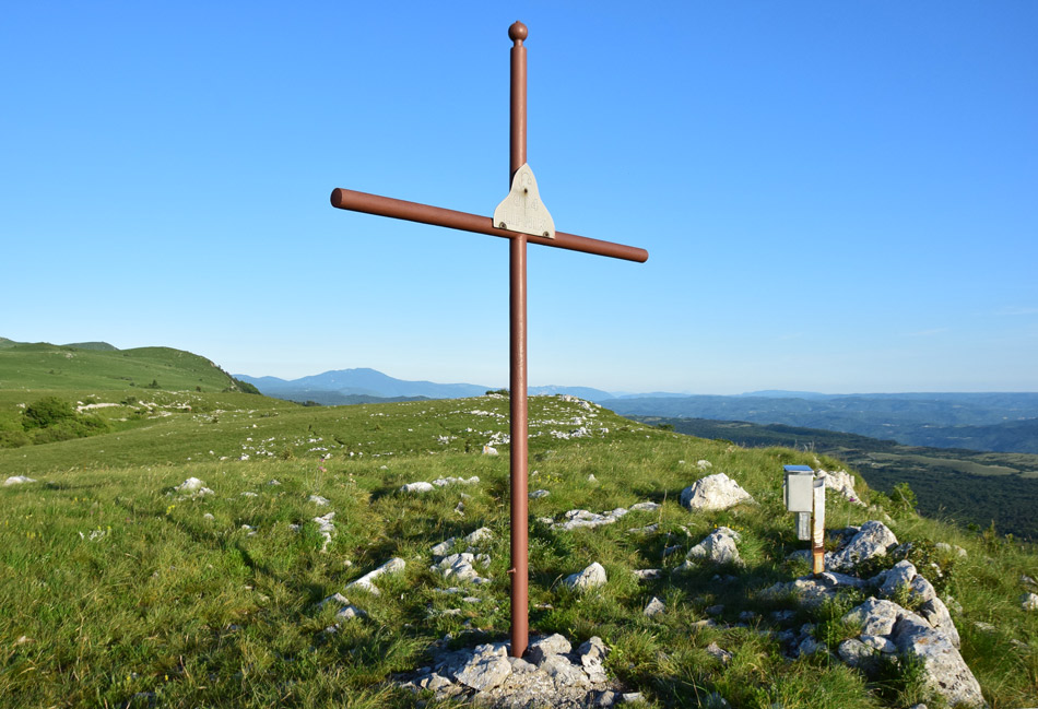 Na Lipniku se vidi lepo Koprska Brda, Istro in v daljavi tudi italijanske Alpe.