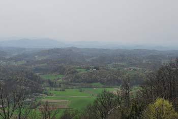 Na Ložnem se odpre širok razgled na Sotelsko in Voglajnsko gričevje, pa tudi na visoka pobočja Donačke gore in Boča.