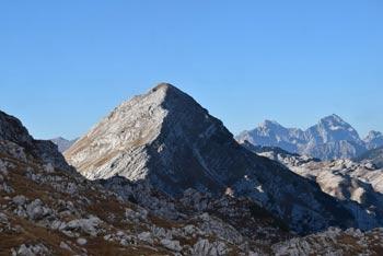 Mahavšček se imenuje tudi Veliki Bogatin in se nahaja na zahodnem delu Spodnjih Bohinjskih gora.
