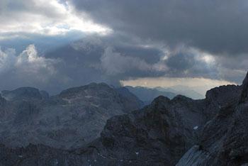 Mala Triglav se nahaja na grebenu proti višjemu bratu visoko nad Domom Planina in Kredarico.