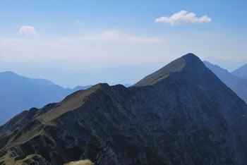 Na Malem Kladivu si lahko ogledamo višjo istoimensko gore vzhodno nad planino Pungart.