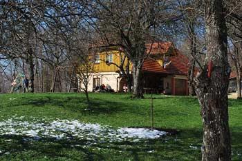Družinski izlet do Svetega Miklavža na Gorjancih je primeren tudi za majhne otroke.