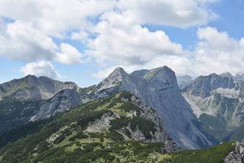 Mrežce se nahajajo na grebenu, ki se podaljša do Debele peči, nahaja pa se med dolino Krmo in planino Lipanco.