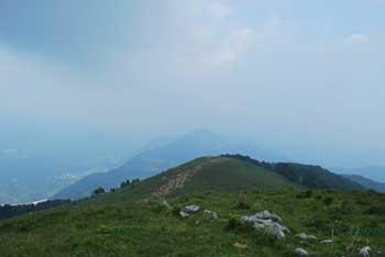 Mrzli vrh se nahaja vzhodno od Matajurja.