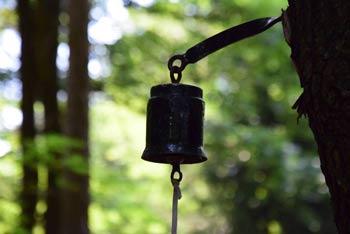 Olska gora in zvonček želja poleg oltarja na prostem.